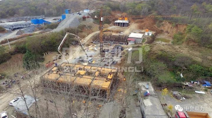 确山县位于河南省南部,是驻马店非金属矿产资源储量多的四个地区之一,当地石灰石资源尤为丰富,仅确山县就有小型石料生产线270余条。在带来经济效益的同时,这些生产线也严重影响了当地的生态环境。 根据河南省、驻马店市环境污染防治攻坚战总体部署,2017年6月以来,确山县委、县政府组织相关部门联合行动,对普会寺镇、刘店镇的所有石灰岩矿山企业及加工机组进行了集中整治。  为了打造驻马店地区砂石骨料行业环保生产,驻马店确山县几家大型建材公司纷纷整合重组,并在多家矿山装备企业中进行多方对比,终决定与中誉鼎力公司合作建设